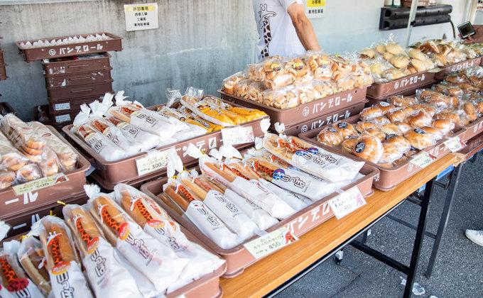 バンデロール工場直売市でのっぽパンなどが並んでいる